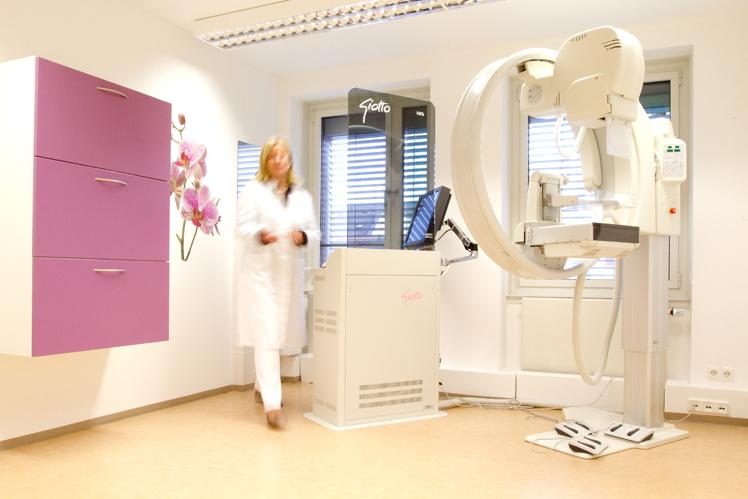 Frau Dr. Artmann neben dem Mammographie-Gerät