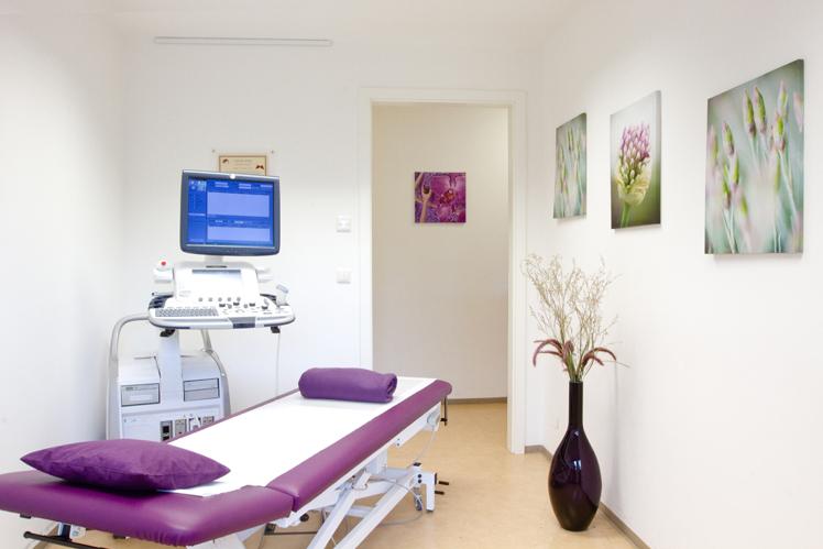 Raum mit Liege und Ultraschall-Gerät