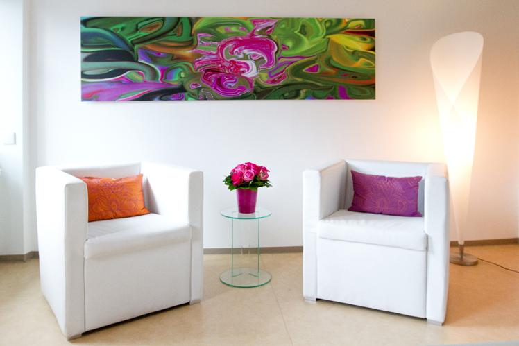 Besprechungsraum mit zwei Sesseln, stimmungsvoll mit Blumen und dezenter Beleuchtung